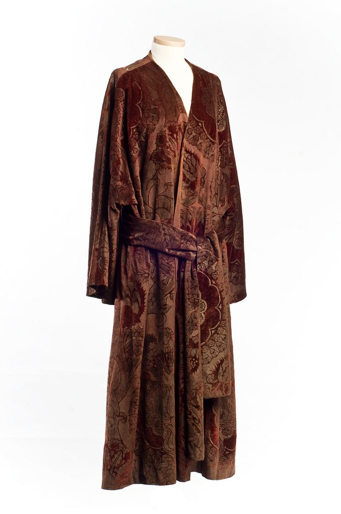 C 1920 This Elegant Garment Was Made By Designer Mariano Fortuny 1871 1949 A Spanish Born Designer Who Worked Primari Fashion Vintage Fashion 1920s Fashion