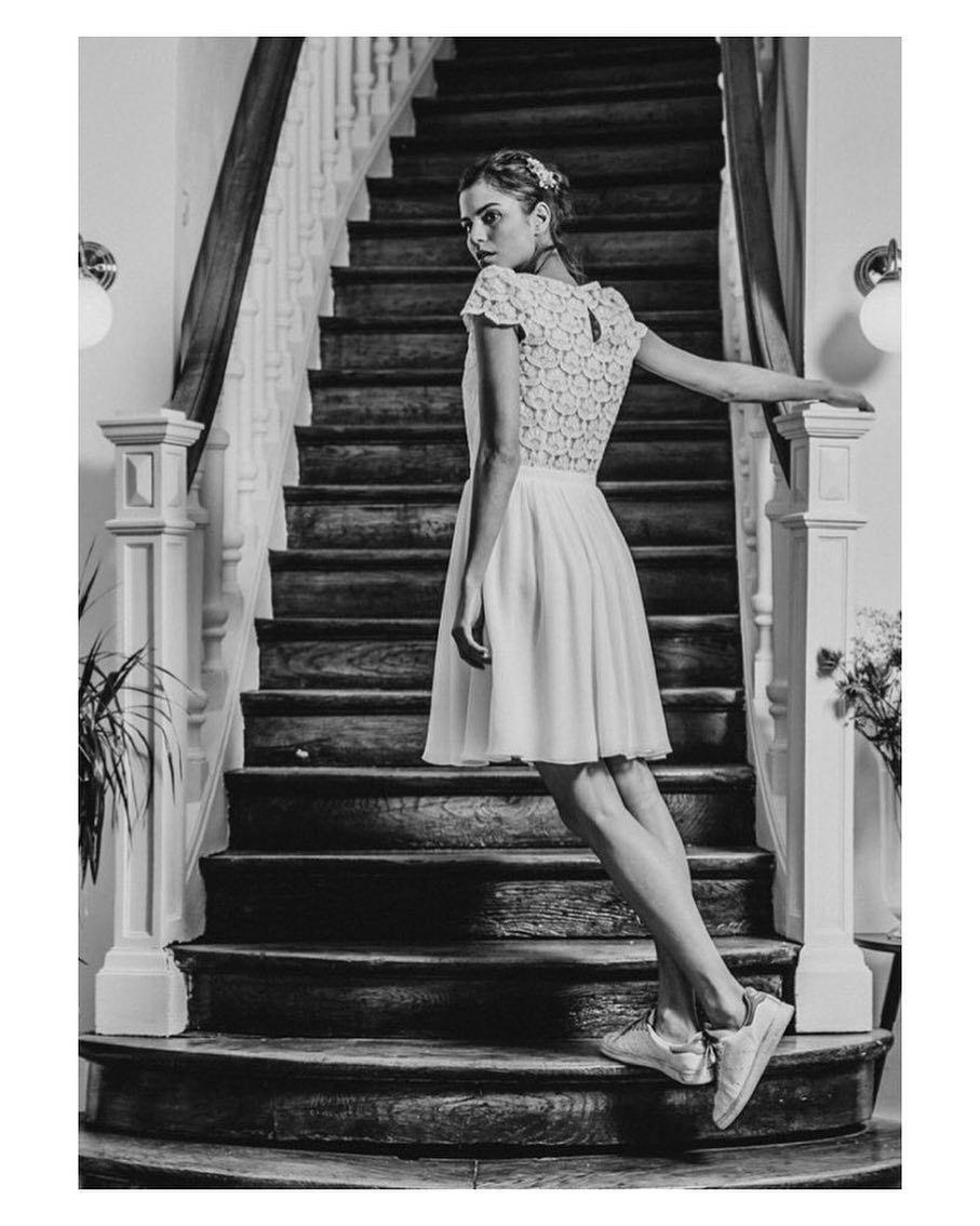Y qué pasa si el vestido en vez de largo es corto y si los zapatos en vez de tacones son Stan Smith? #goodmorning #buenosdías #wedding #weddingday #boda #bride #bridetobe #bridal #shoelover #sneakers #stansmith #novia #groom #bridaldress #vestidodenovia #weddingdress #bohobride #bohemia #bohemian #inlove #amazing #espectacular #beautiful #stunning #weddinginspiration #inspiration #love #like #picoftheday #siempremia #zivilhochzeitskleider Y qué pasa si el vestido en vez de largo es corto y si #zivilhochzeitskleider