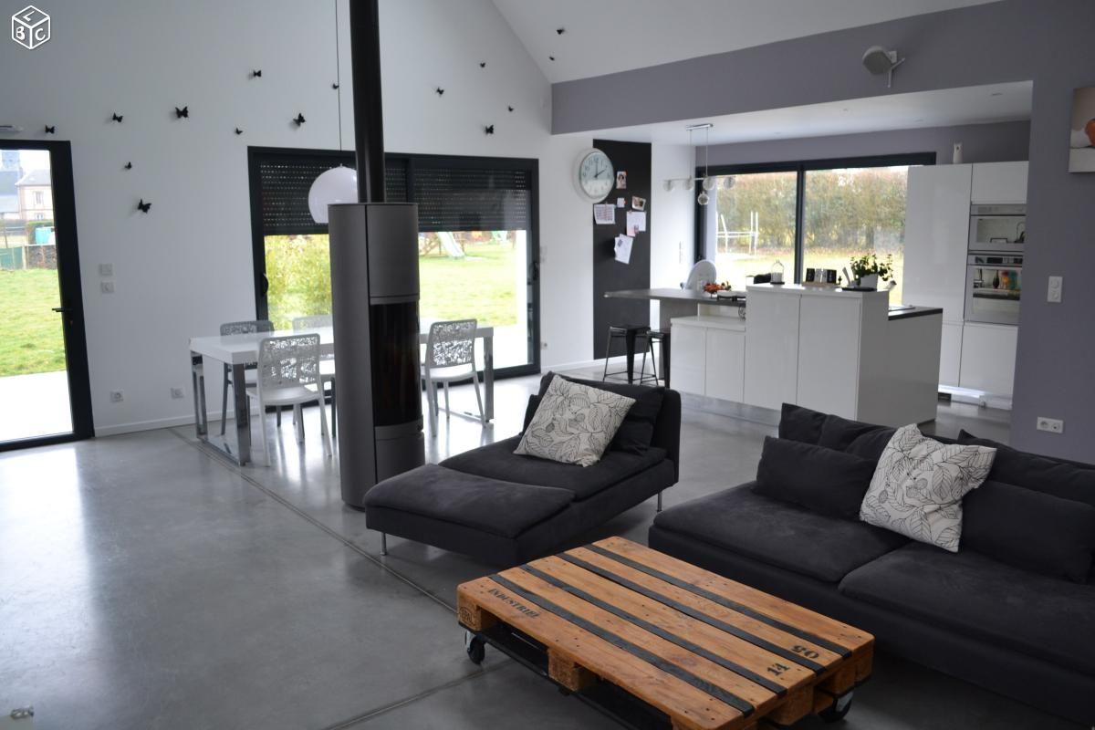 Maison architecte contemporaine, cuisine ouverte avec poêle à bois