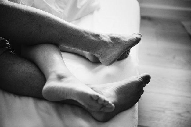 Pernas de um casal dormindo na cama Foto... | Free Photo #Freepik #freephoto #amor #casa #celebracao #preto