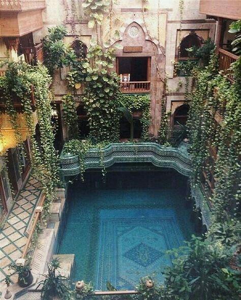 Angawi House ist die aktuelle Residenz des berühmten lokalen Jeddah Architekten Dr. Sami Angawi. Es ist eine Studie der westlichen Saudi-Arabiens traditionellen Hijazi-Architektur. Das Innere des Hauses ist nicht mit teuren Museumsstücken dekoriert, sondern ist stattdessen mit gewöhnlichen funktionalen und traditionellen Dekor gefüllt. #beautifularchitecture