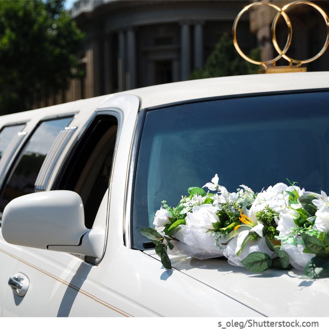 Weiße Limousine als Hochzeitsauto mit Blumen und Deko Eheringen ...