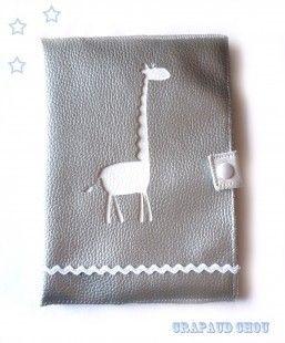 Protège carnet de santé en simili cuir argent avec une girafe, par crapaud chou