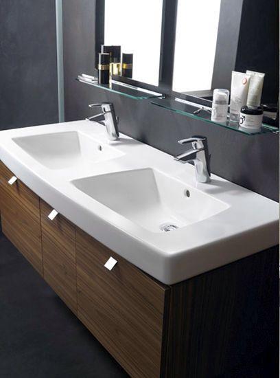 Estos son los lavabos que están en el cuarto de baño mas grande. Tienen un sección en madera y sobre los dos lavabos hay  dos espejo con dos pequeñas repisa en vidrio .