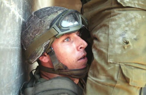 Awk Ward Hombres En Uniforme Milicos Soldados