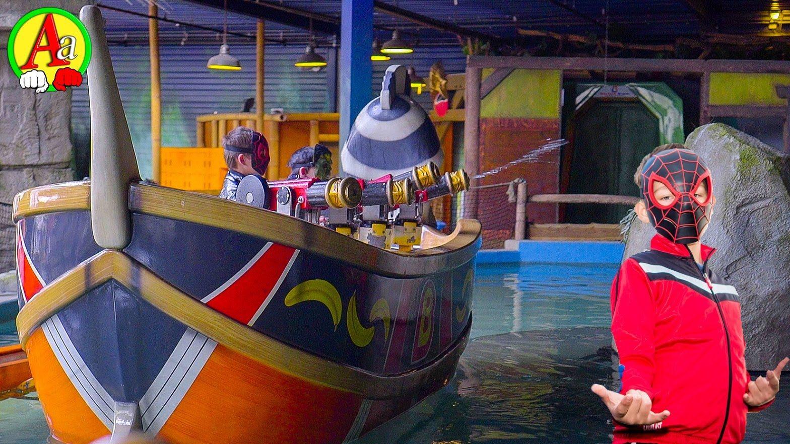 Маленький Человек Паук На Кораблике бьёт мошной струёй ...
