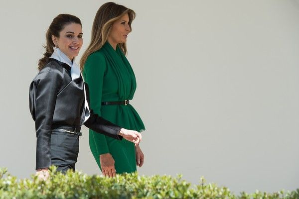 US First Lady Melania Trump(R) and Queen Rania of Jordan walk through the White House colonnade in Washington, DC, on April 5, 2017. / AFP PHOTO / NICHOLAS KAMM