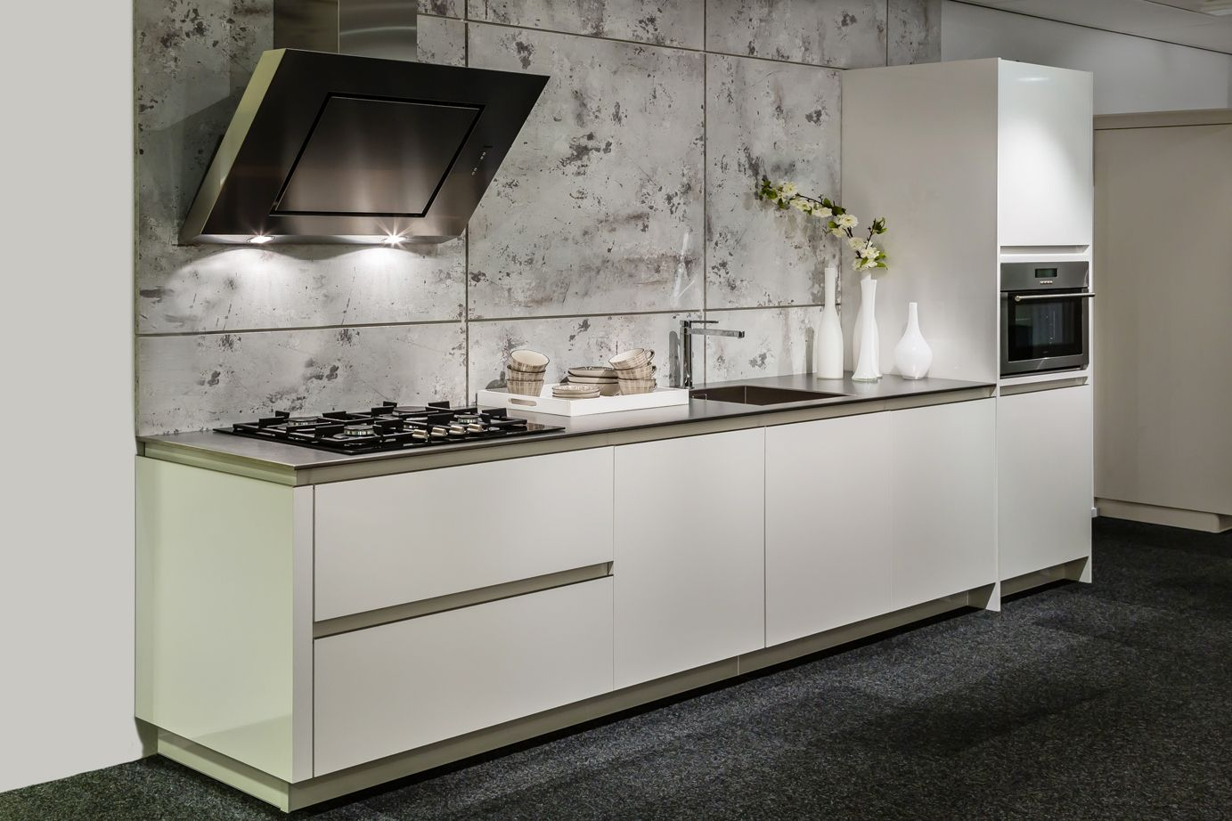 Moderne design keuken met rvs aanrechtblad db keukens witte keukens pinterest - Moderne designkeuken ...
