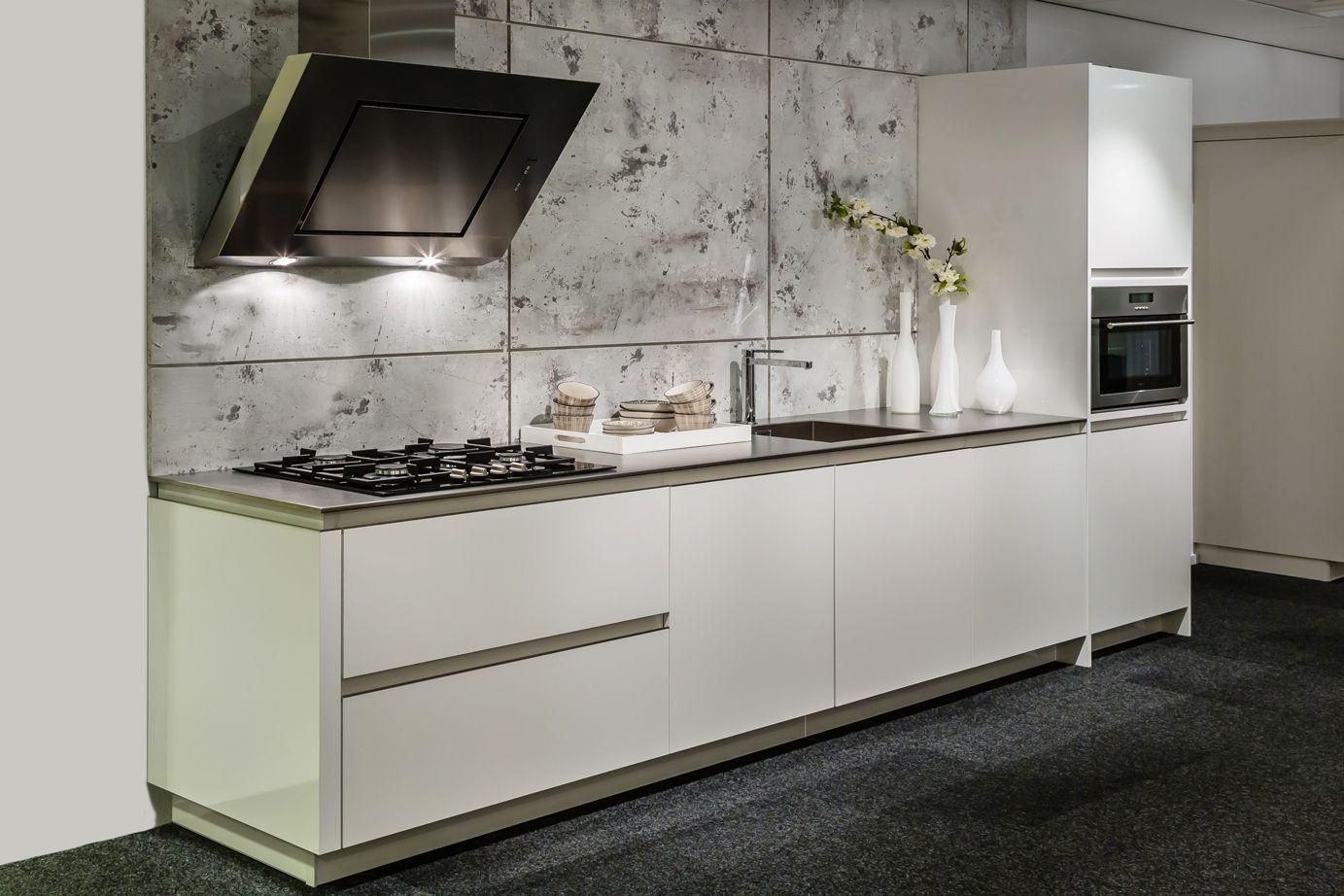 Moderne design keuken met rvs aanrechtblad db keukens witte keukens pinterest - Kleine keuken amerikaanse keuken ...