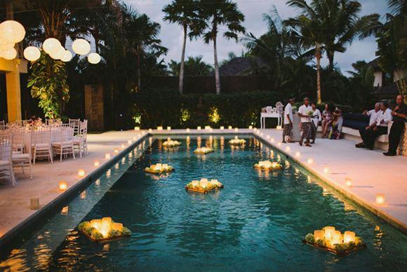 Decoraci n zonas de agua en bodas 8 piscina noche velas for Velas flotantes piscina