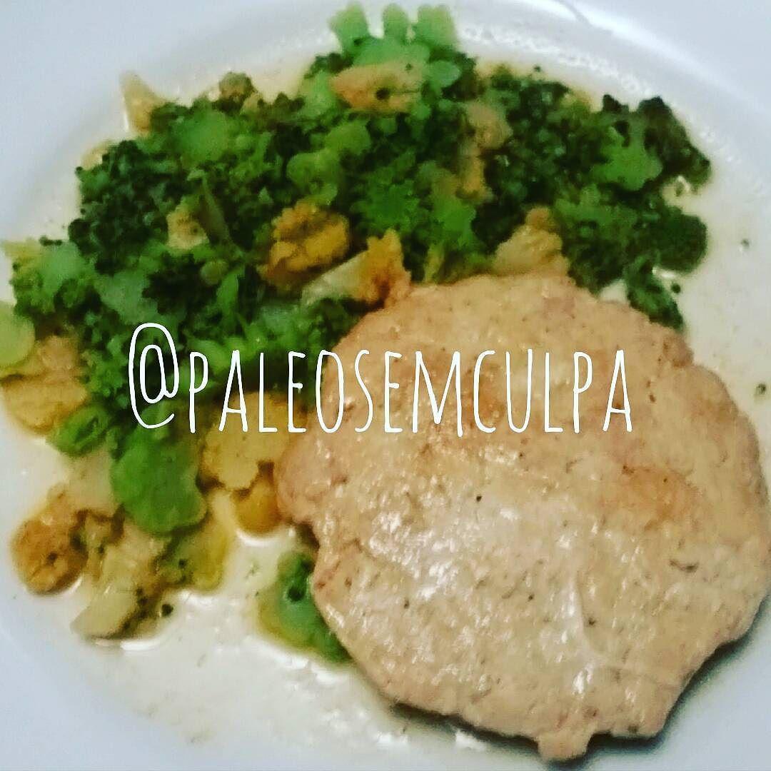 jantinha de hoje: hambúrguer de frango sopa 'pedaçuda' de brócolis couve flor brócolis romanesca.  Tem dúvidas sobre a paleo? LINK NA BIO! #dieta #dietas #dietasempre #dietasemsofrer #dietapaleolitica #dietapaleo #paleo #paleofood #paleolitica #paleolife #paleolifestyle #paleodiet #mydiet #eatclean #primal #primalfood #realfood #eatreal #fit #healthychoices #fitfood #reeducacaoalimentar #saude #saudavel #vidasaudavel #comersaudavel
