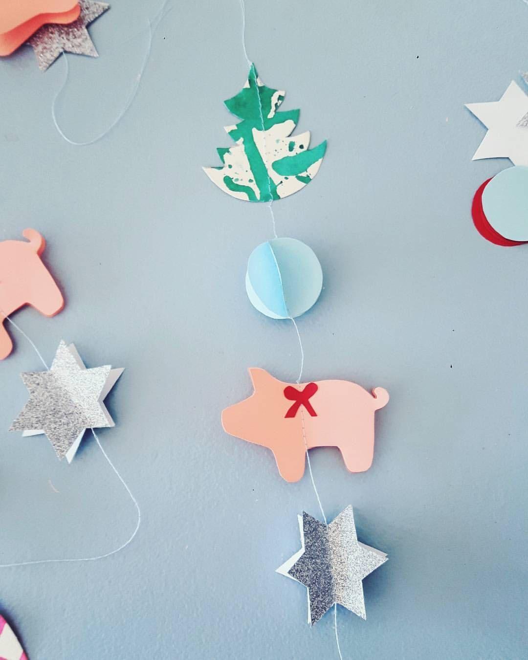 "@barewunderbar på Instagram: ""⭕ Har haft en super hyggelig dag hvor jeg har leget med papir med en sød veninde  #julepynt #barewunderbarjul #vinterhygge #papirklip"""