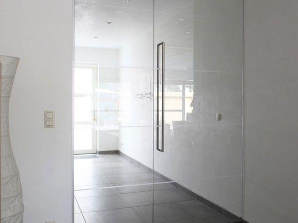 Porte en verre, épurée et transparente, avec poignée en inox