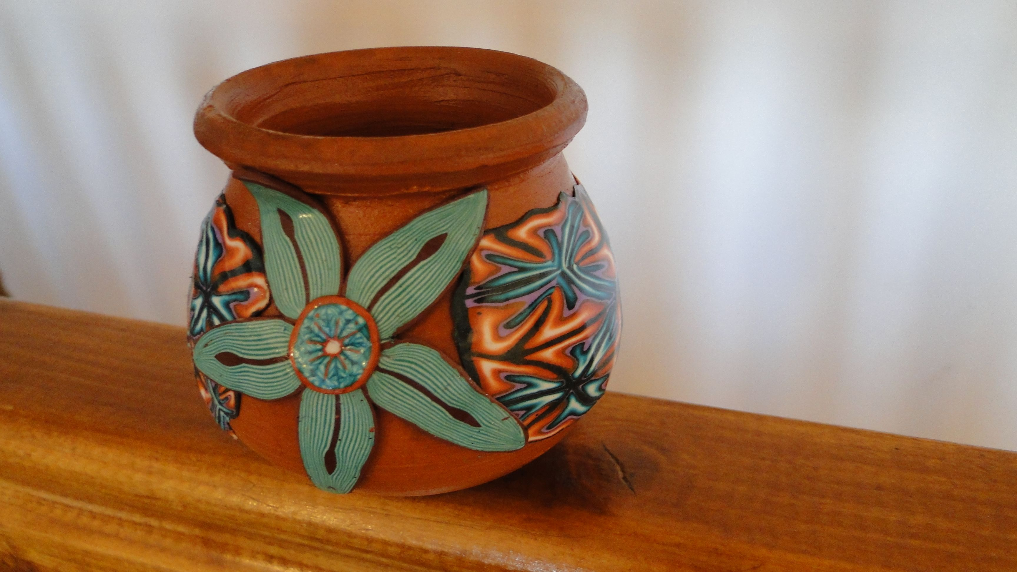 """vaso de barro decorado con arcilla polimerica de """"Con Mis Zarpitas"""" ( para saber precios buscame en Facebook)"""