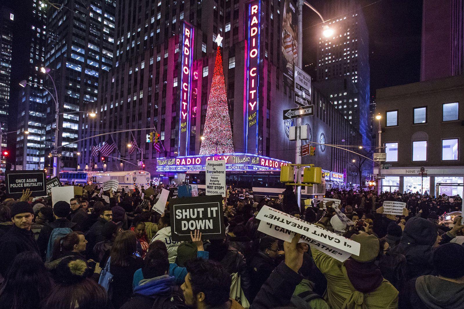 39 Dramatic Photos Of The Eric Garner Protests In New York City Radio City Music Hall Radio City Eric Garner