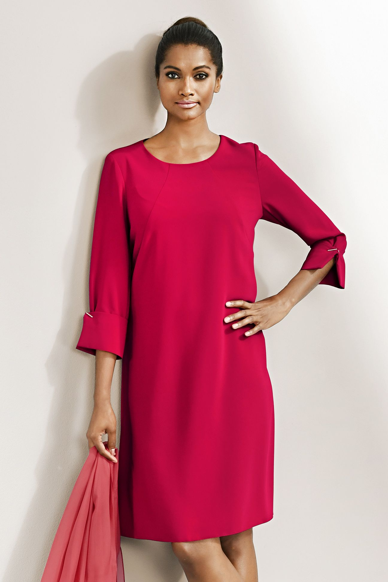 schönes alba moda keid in strahlendem rot mit auffälliger