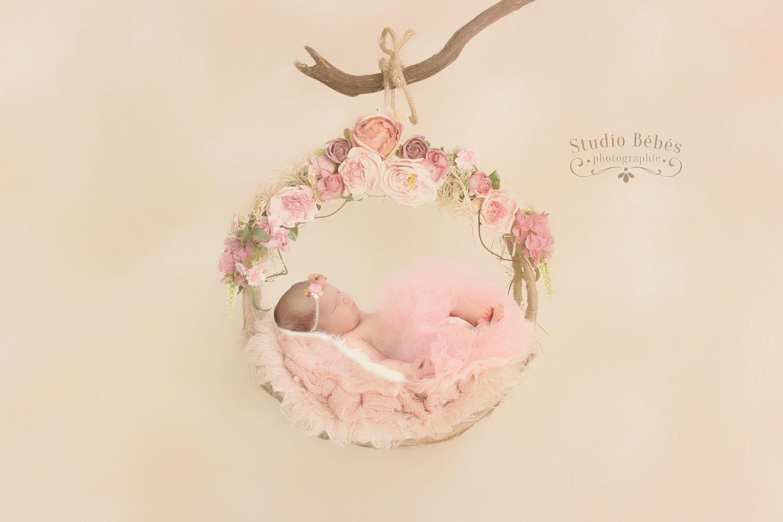 Superbe non? Bébé dans sa couronne de fleurs.