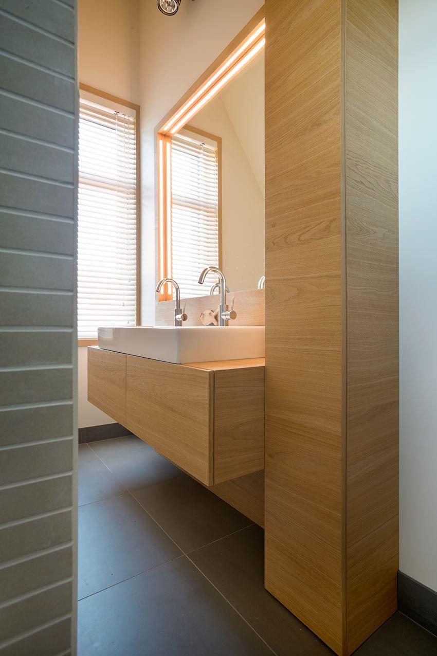 Badkamer meubels van geborsteld dik eiken fineer, rondom spiegel ...