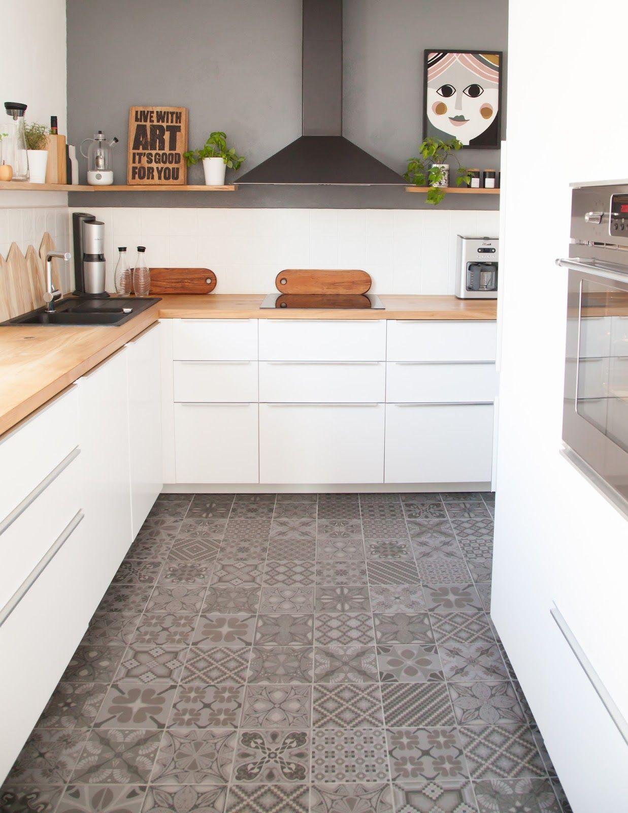 Fabelhafte Dekoration Genial Holzkuche Kind Ideen 2 #24: Fliesen-Deko Ideen: Moderne Einbauküche, Weiße Möbel, Holz Und  Marokkanischen Fliesen