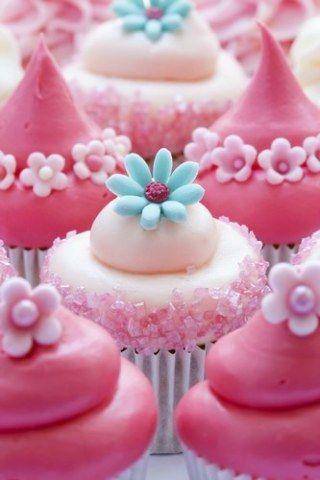 Ein Traum in Rosa sind diese Cupcakes! Zu Hause gelingen Ihnen diese Kunstwerke, indem Sie die Buttercreme mit einer Spritztüte vorsichtig auf die Muffins auftragen...
