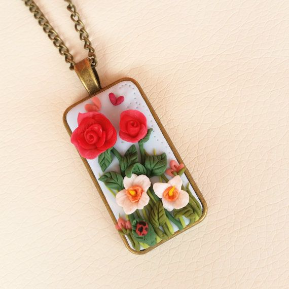 Polymer clay, necklace with cameo decorated with flowers. Follow me on Facebook : www.facebook.com/BijouxdiPatty