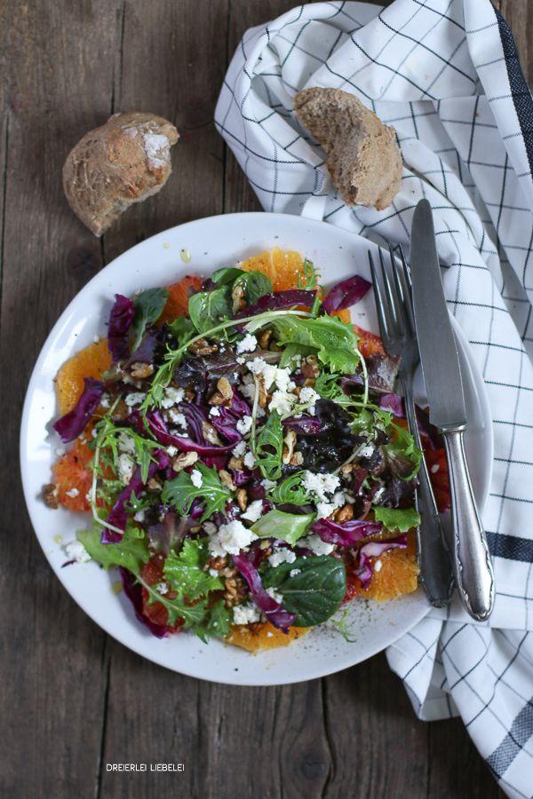 Wintersalat aus Orangen, Orangen, Rotkohl, Babysalat, Walnüssen und ...