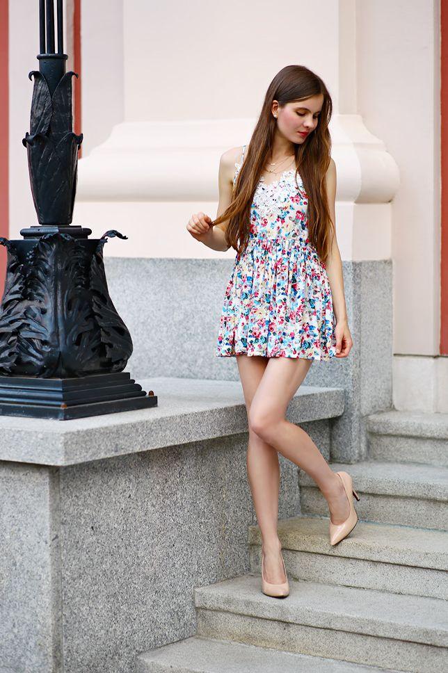 Fashion Blog Kolorowa Sukienka W Kwiaty I Bezowe Szpilki Moda