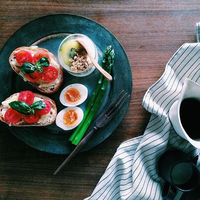breakfast  cheese, tomato and basil toast boiled egg and asparagus yoghurt  で朝ごはん〜♩ * * *  1日仕事しただけでこの疲労感。 すっかり連休ボケ。  バジルのいい香りで リフレッシュして行ってきまーす!