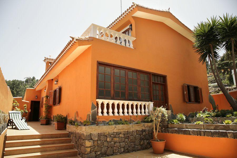 Fachada color naranja Casas de estilo colonial