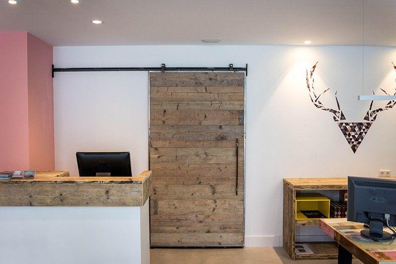 incluso la puerta corredera es hecha a medida con maderas recicladas disfrutamos de la combinacin