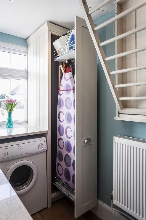 Photo of Waschraumschrank mit Bügelbrett herausziehen
