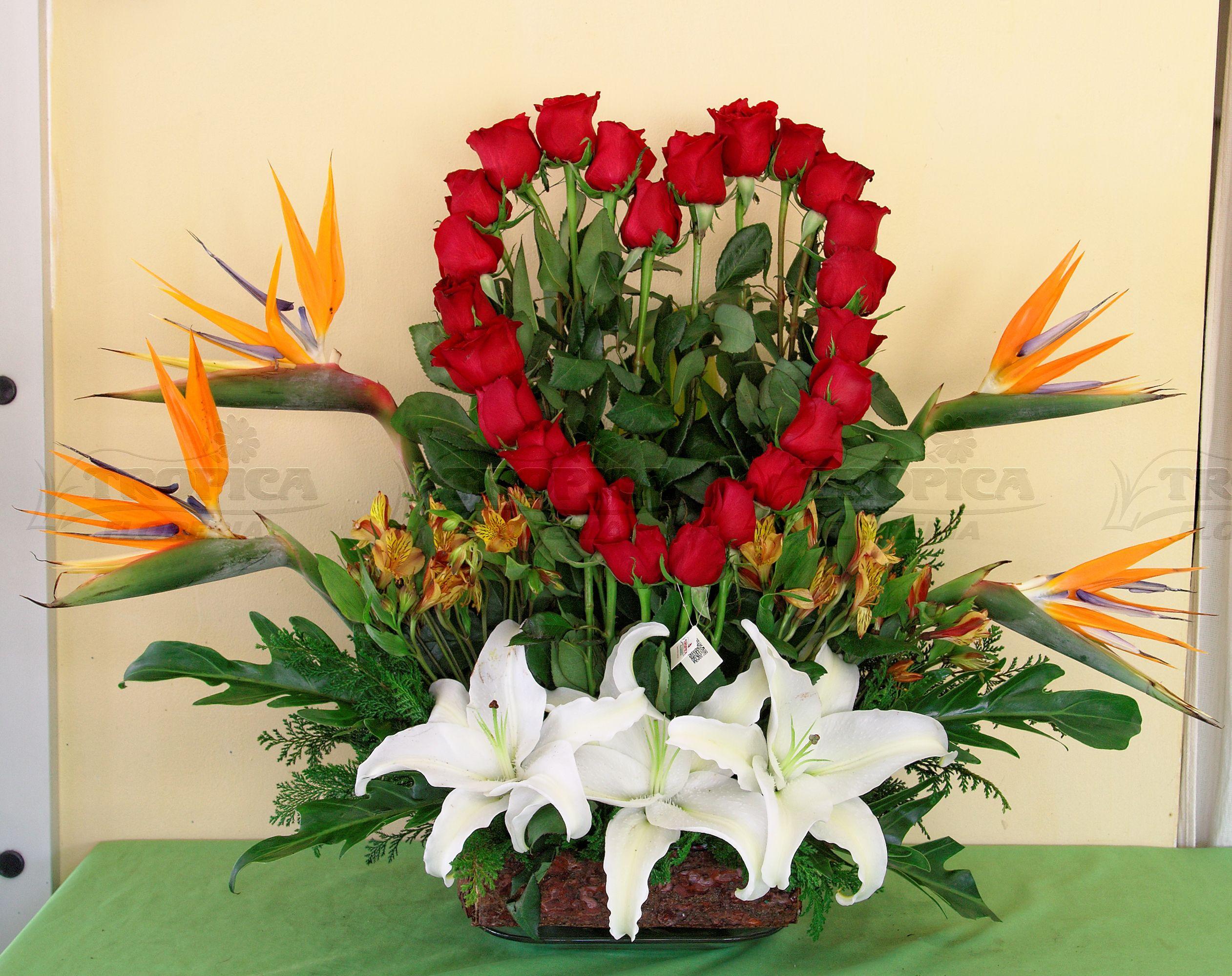 Arreglo con corazon de rosas rojas @ Tropica Floreria