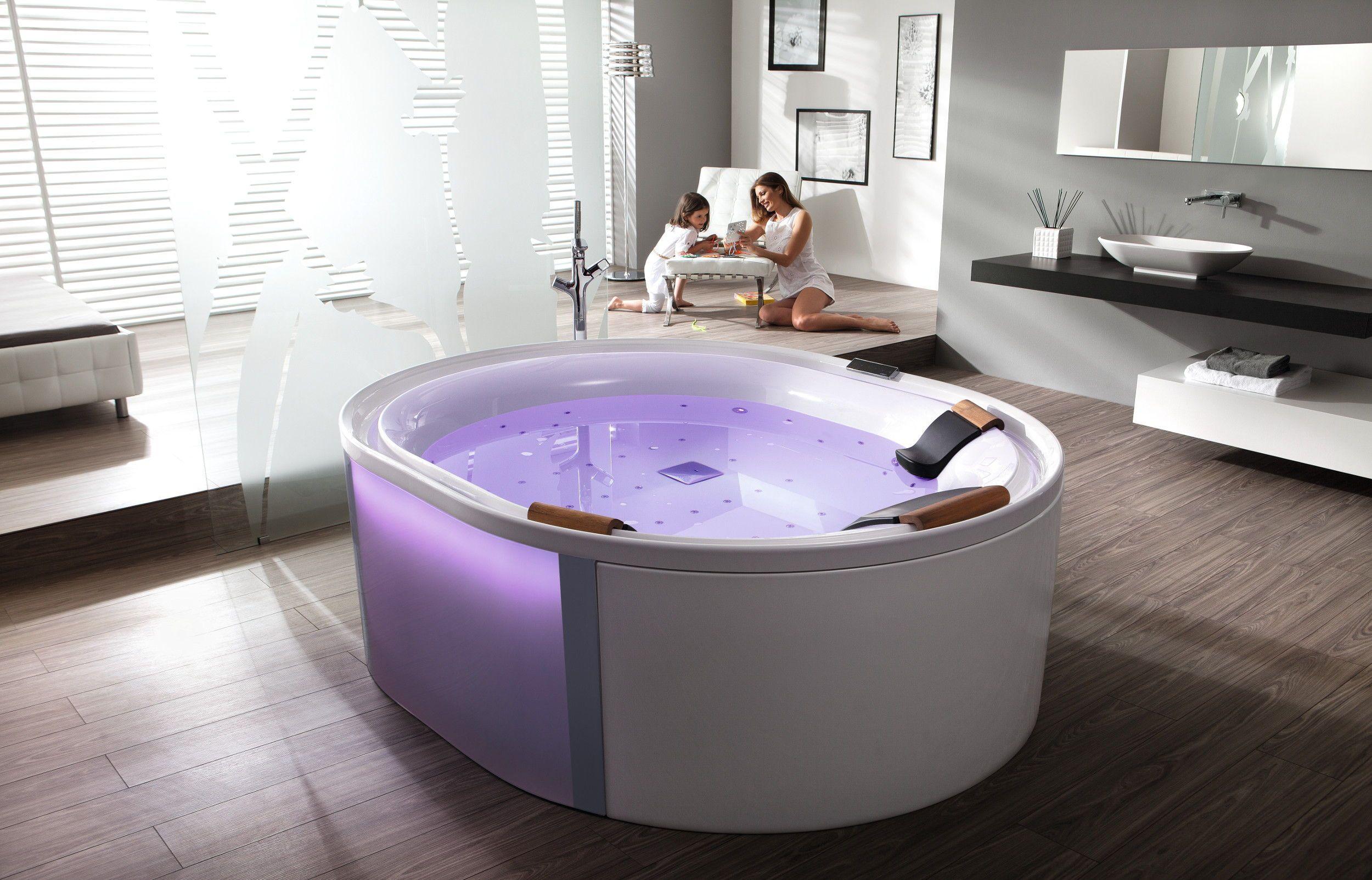 Diese Freistehende Badewanne Verfugt Uber Mehr Als Nur Ein Wellness Programm Mit Strahlern Die Ruhige Led Beleuchtu Freistehende Badewanne Badewanne Whirlpool