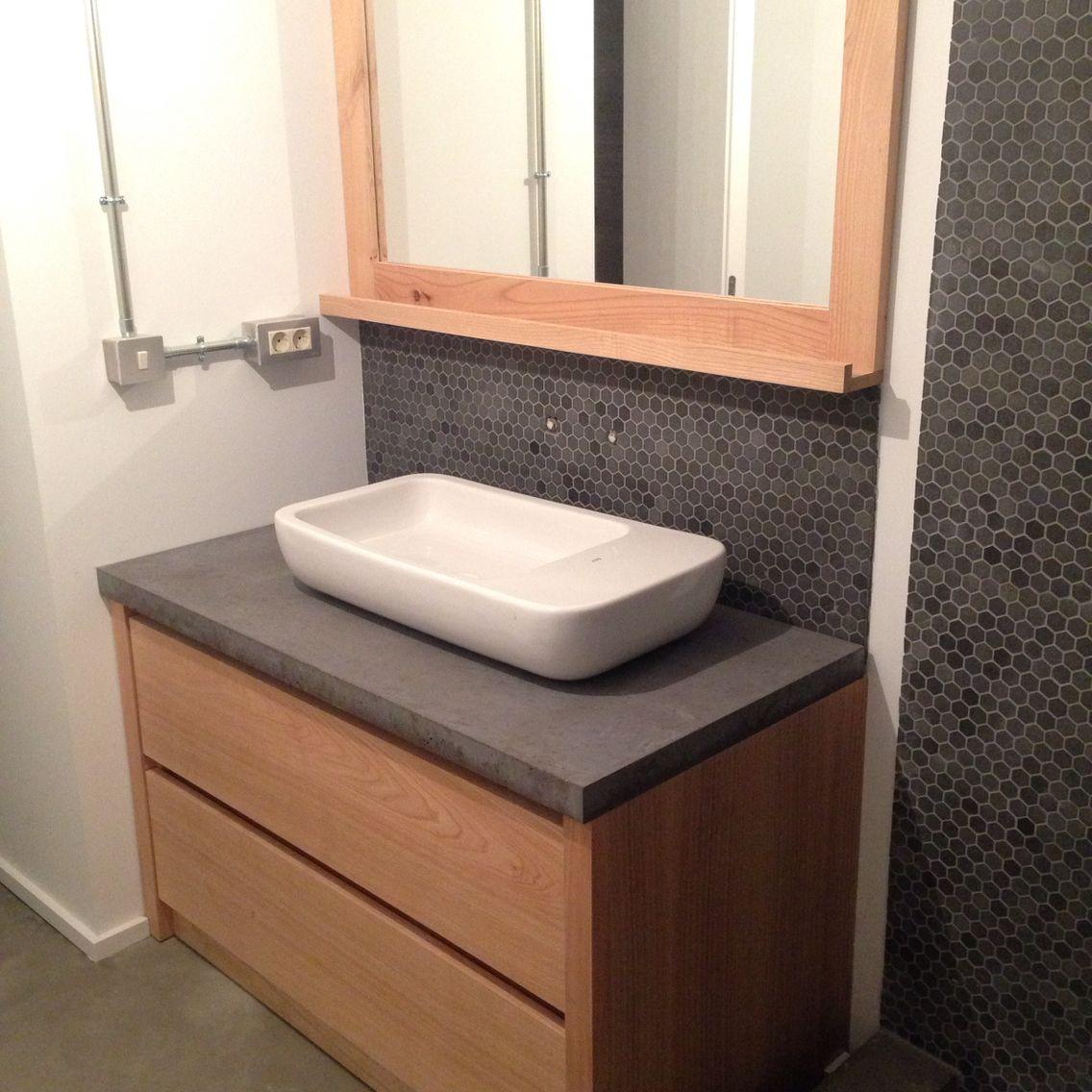 lavabo cermico sobre encimera de hormign con mueble de madera a medida