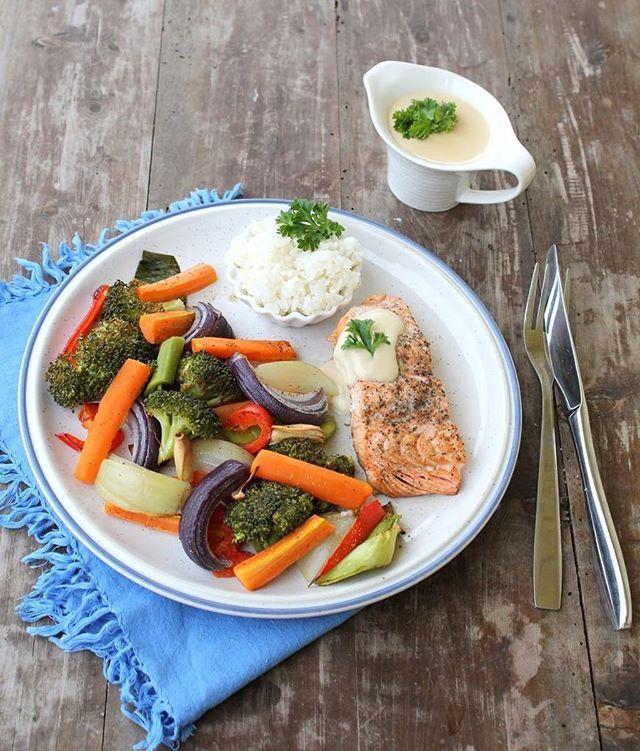 Ovnsbakt laks med den beste fiskesausen 💛  laks/ørret på menyen 😀🐟 oppskrift 👉🏻www.lindastuhaug.no gratinerad lax, rostad paprika sallad rostade rotfrukter fisksås