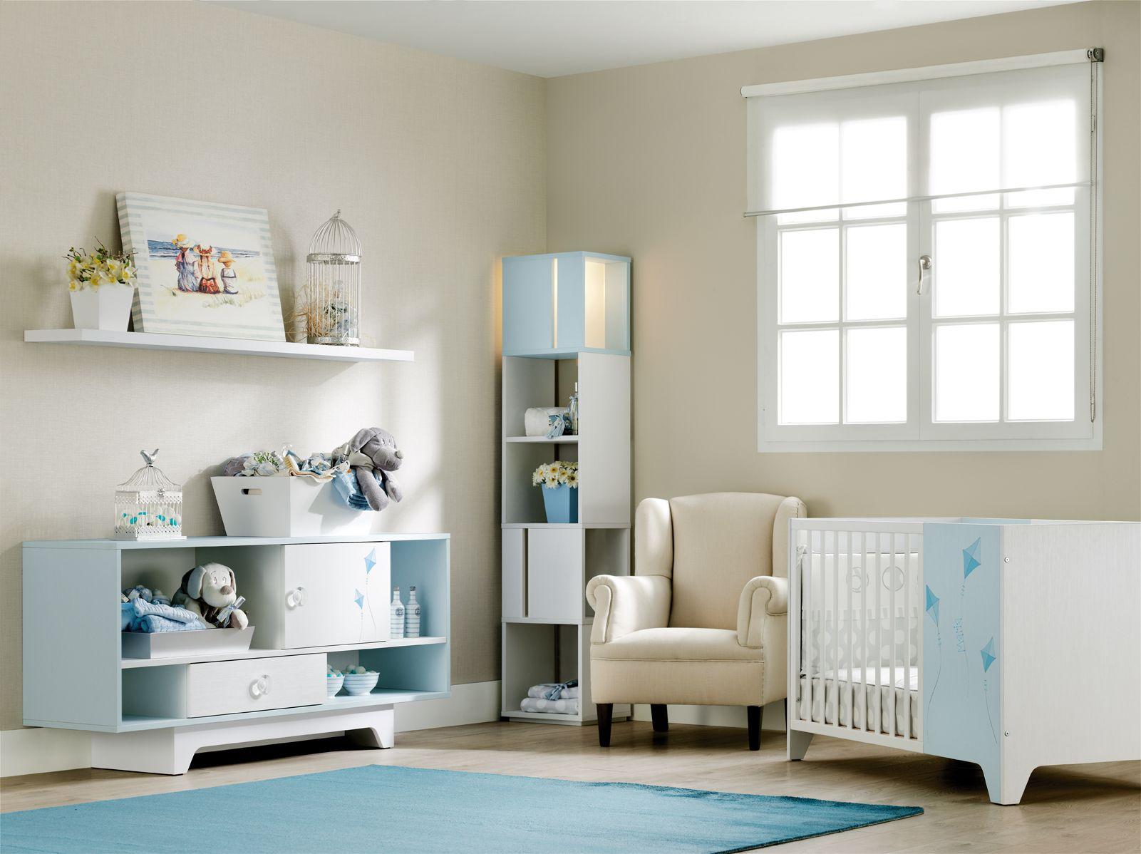 Habitación para bebé en azul celeste #cuna #sillon #estanteria ...