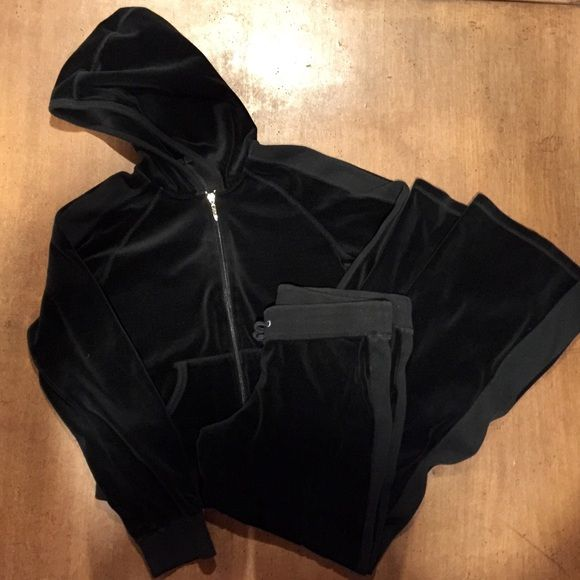 Valour tracksuit Comfortable valour loungewear. Juniors large petite cut (If you are over 5'5 it will be short on you.) gently worn. No flaws. Offers are welcome Ditto Jackets & Coats
