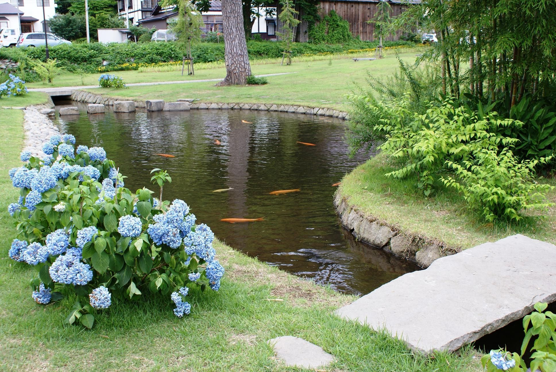 Stunning 32 Small Fish Pond Designs Look Perfect For Improving Tiny Garden Landscape Inspiring Sma Ponds Backyard Fish Pond Gardens Landscaping Water Feature