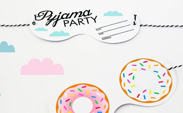fr hliche pyjama party einladungen zum ausdrucken basteln. Black Bedroom Furniture Sets. Home Design Ideas
