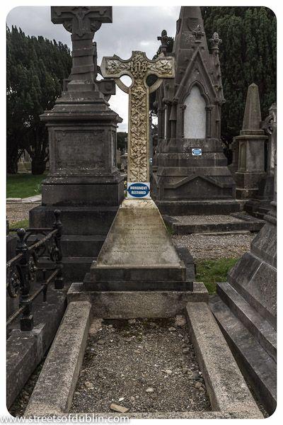 Glasnevin Cemetery - Dublin (Ireland)  Celtic Crosses. The sculptures were amazing here