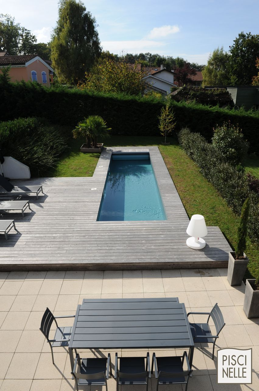 Terrasse et salon de jardin en acier rappelant le couloir de nage ...