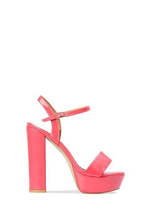 Ce modèle de sandale à semelle compensée comprend un talon haut et large. C  2eae8d5747fe