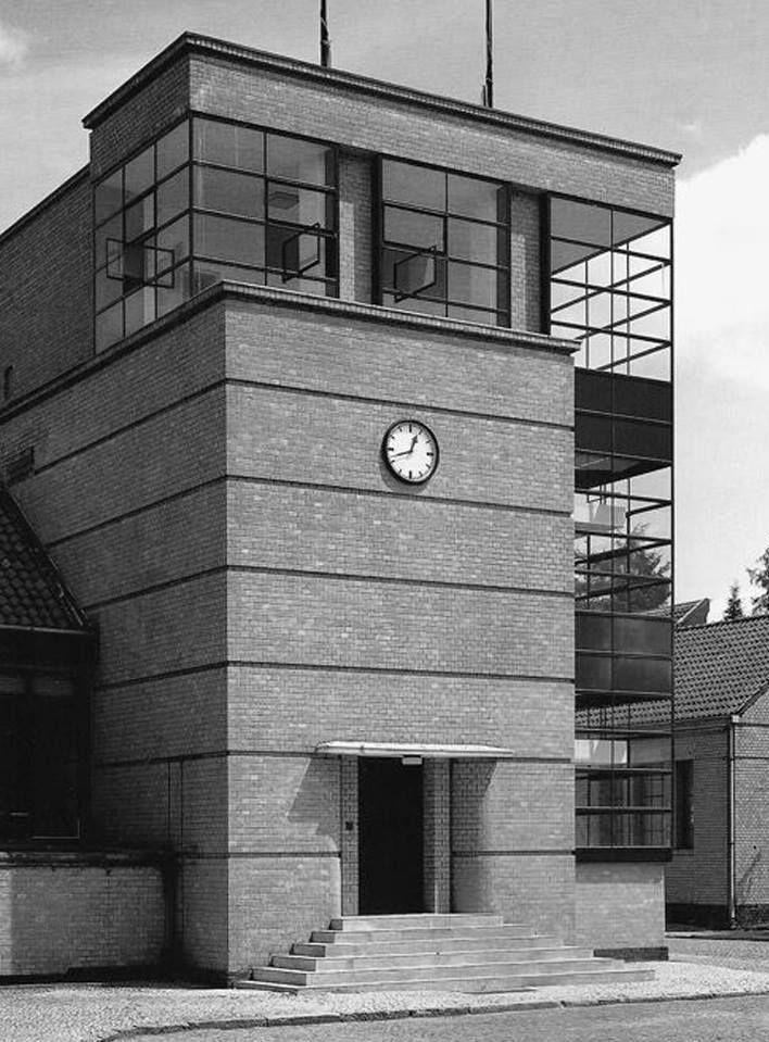 Bauhaus is part of architecture - Bauhaus 20  yüzyılda mimari, tasarım, sanat alanlarında yeni akımlar yaratmış bir okuldur  1919 yılında Almayanın Weimar şehrinde kuruldu  Kurulduğu zaman dünyanın en seçkin ve çağdaş mimarlarını, sanatçılarını, biraraya getirerek, yalnızca bir eğitim kurumu yaratmamış, aynı zamanda bir üretim merkezi ve tüm bunların konuşulup tartışıldığı bir yer haline gelmiştir  Bauhaus Walter Gropius tarafından kurulan Bauhaus, sonradan Nazi rejiminin emriyle 1933'te …