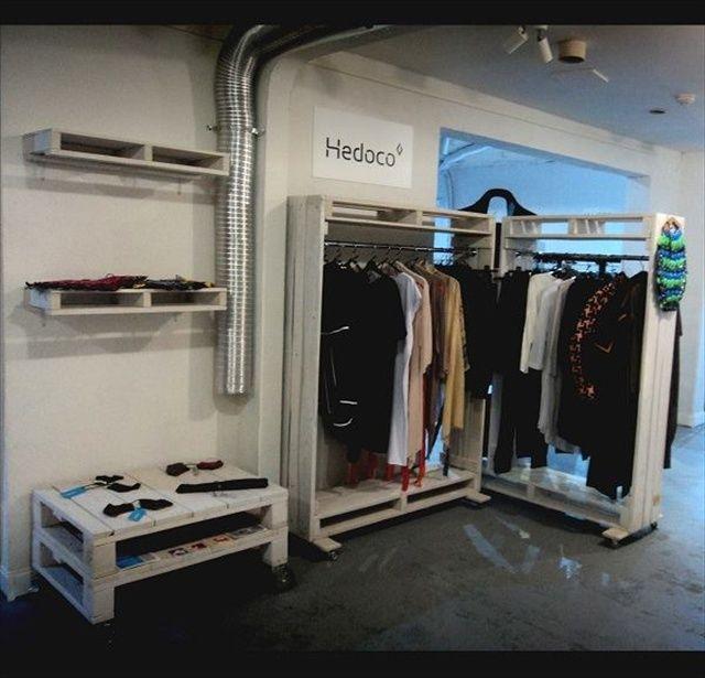 die besten 25 paletten kleiderschrank ideen auf pinterest einen kleiderschrank bauen diy. Black Bedroom Furniture Sets. Home Design Ideas