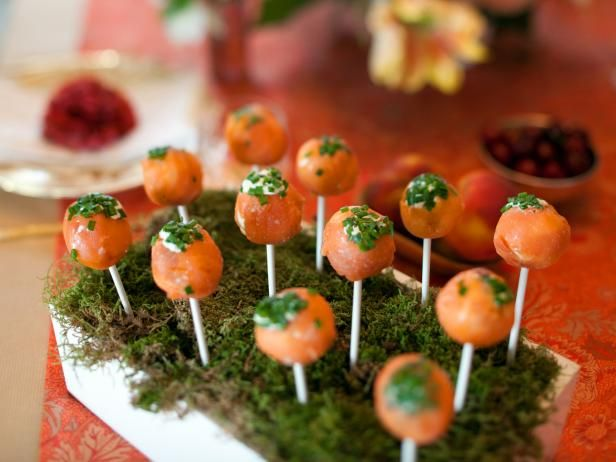 Three ingredients are all you need to make these party-perfect appetizers. Simply cover balls of cream cheese in salmon and sprinkle with chives to create irresistible and savory hand-held treats.