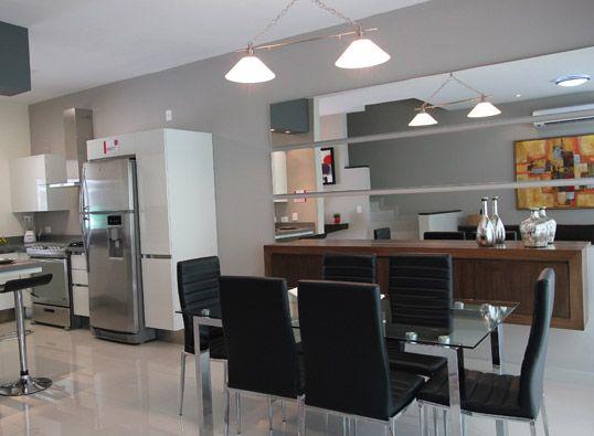Comedor cocina con un espejo de fondo paseo del vergel for Espejos rectangulares para comedor