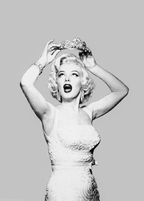 Photo of die Königin von Hollywood Marilyn Monroe mit ihrer Krone  nun sie war die