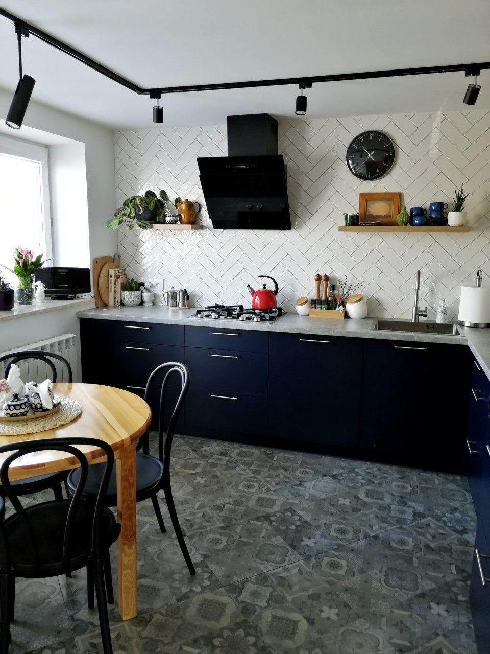 Granatowa Kuchnia Z Betonowym Blatem I Drewnem Kitchen Cabinets Kitchen Decor