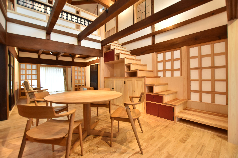 古民家をただ元の通りに復元するだけでなく 現代の暮らしに合わせながら プラスアルファのエッセンスを加える。 ここからまた100年。 伝統的な日本の建築文化とマインドを 次の世代、次の次の世代につなぐために。 そして、未来の子どもたちのために。