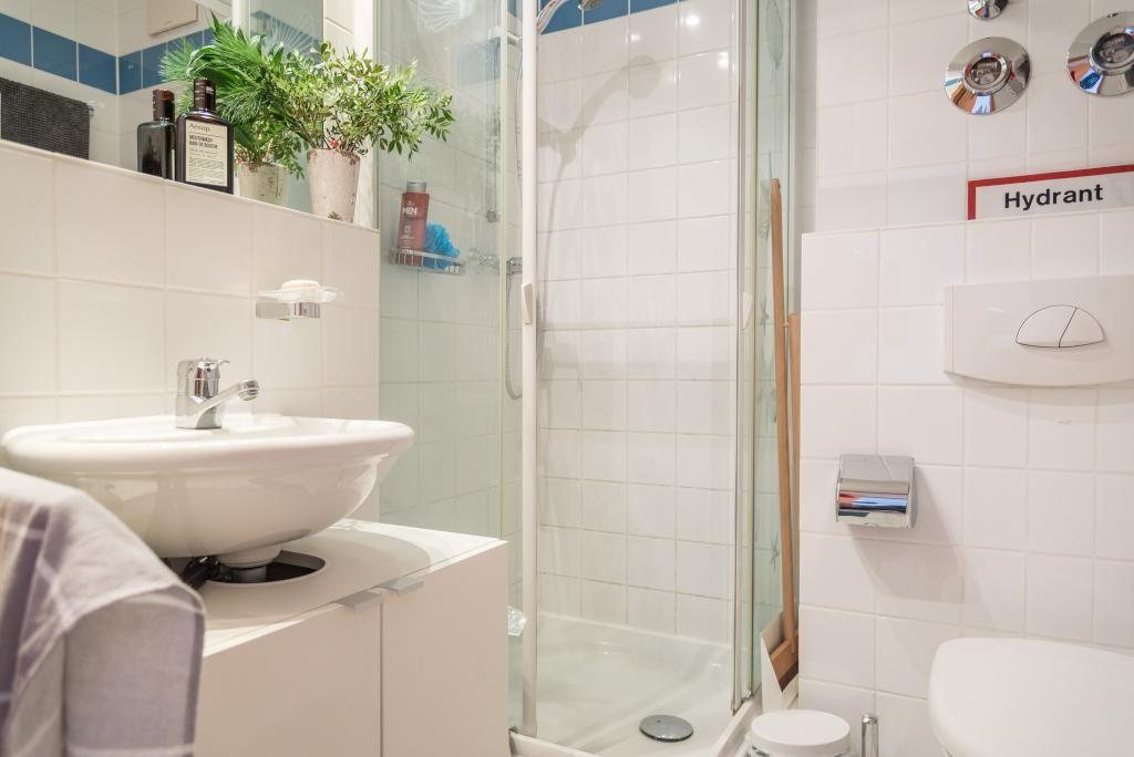 Badezimmer mit weißen Fliesen und schönen grünen Pflanzen. #Bad ...